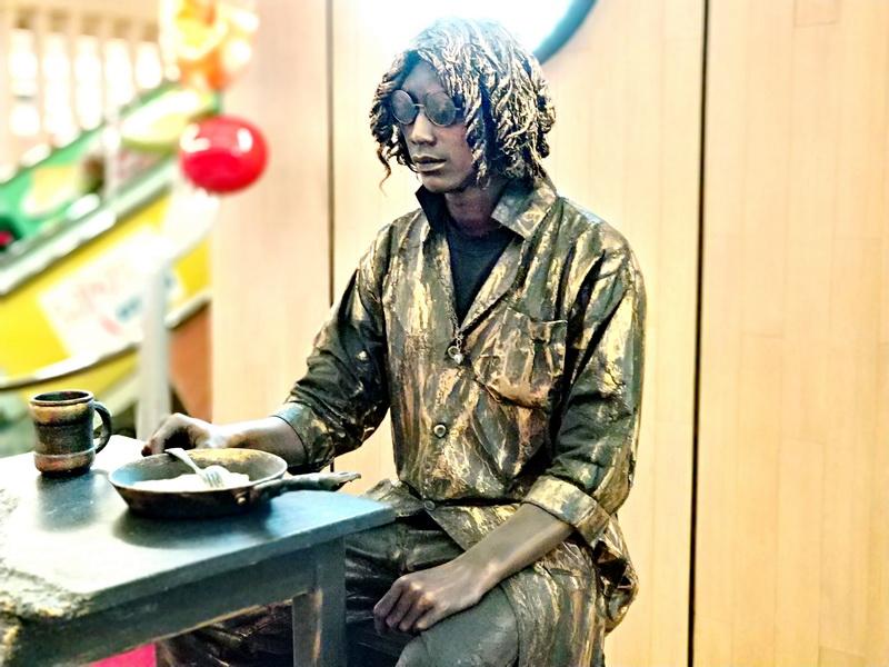 Eating Man Living Statue